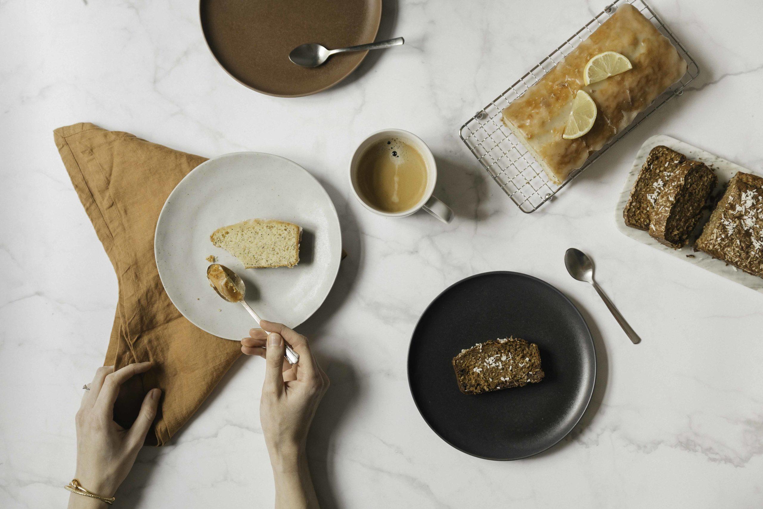 Tout un Cake · photographie d'une main qui prends une bouchée de cake