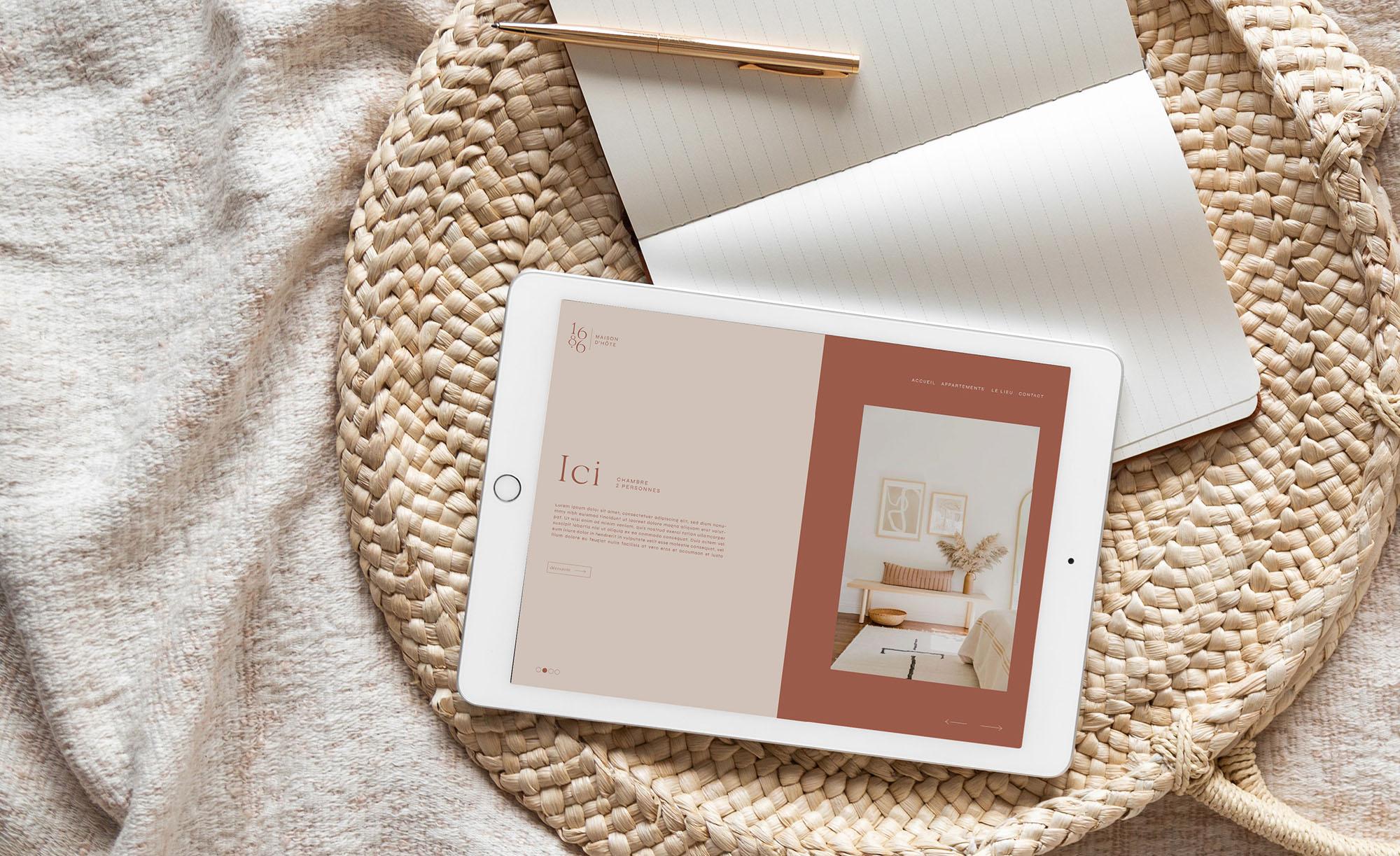 Mise en situation de l'identité pour Maison 1686 sur un site en responsive sur une tablette