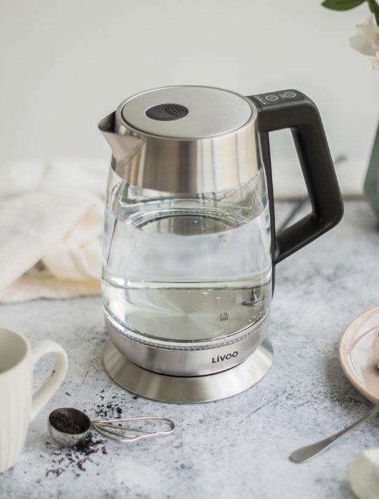 Photographie d'une bouilloire électrique Livoo avec ingrédients