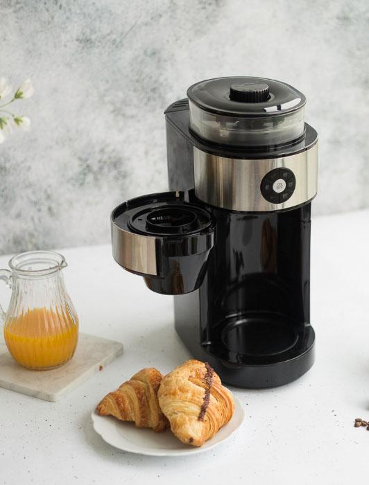 Photographie d'une cafetière Livoo avec ingrédients
