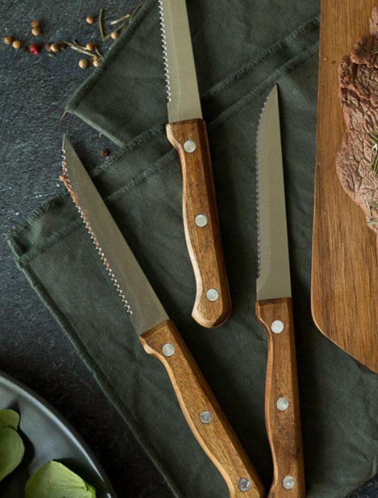 Photographie d'un service à couteau Livoo avec ingrédients