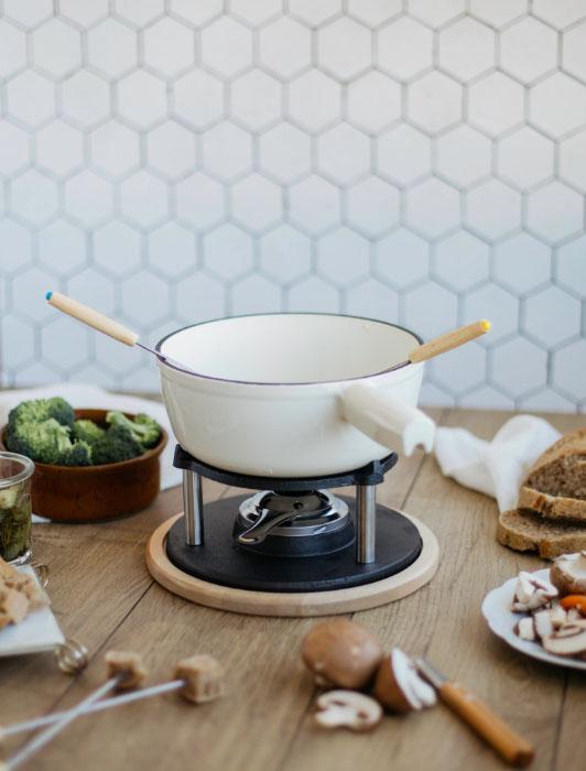Photographie d'un service à fondue Livoo avec ingrédients
