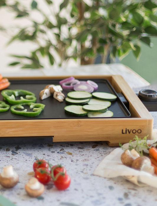 Photographie d'une plancha Livoo avec ingrédients