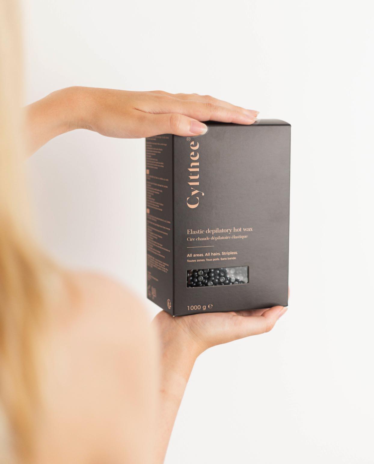 Modèle tenant le packaging Cylthee dans les mains